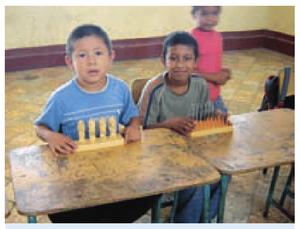 Niños con juegos de mesa.png