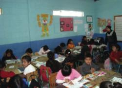 Niñas y niños trabajan en aula.png