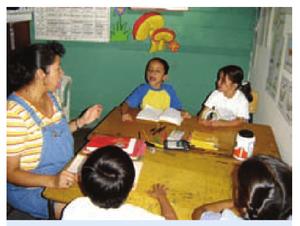 Maestra trabajando con niños.png