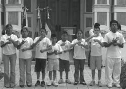 Niños y niñas usando lenguaje de señas.png