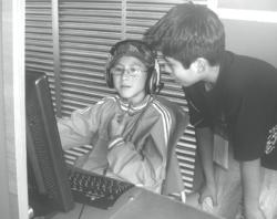 Niños usan computador.png