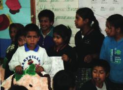 Niñas y niños parados en aula.png