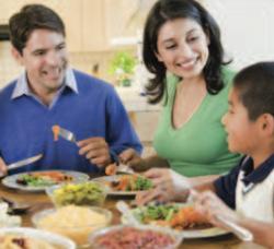 Familia a la mesa del comedor.png