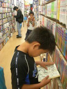 Niño lee en librería en Japón.jpg