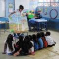 Maestra leyendo un megalibro a los niños.png