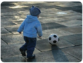 Niño pequeño juega pelota.png