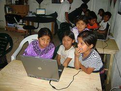 Comparten la computadora.jpg